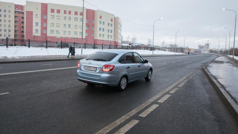 Новая магистраль оснащена парковочными местами и двумя остановками для общественного транспорта. Фото Ивана Малыгина