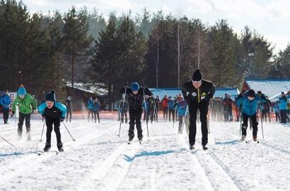 Олимпийские чемпионы приняли участие в масс-стартах на дистанции 100 метров, где боролись за победу наравне с воспитанниками спортшколы