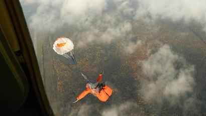 «Лесной спецназ» – пожарные парашютисты – первыми приступают к ликвидации возгораний в труднодоступных районах