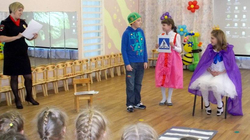 Артисты-школьники поделились знаниями с малышами. Фото пресс-службы областной ГИБДД