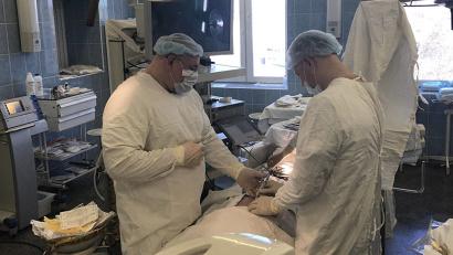Оперируют доктора Олег Шмыров и Дмитрий Саблин