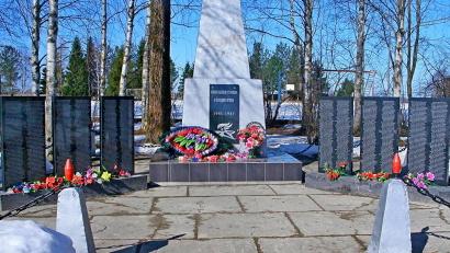 На гранитных плитах высечены имена 668 героев-устьмошан