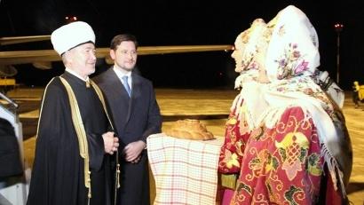 В аэропорту верховного муфтия России встречали хлебом-солью