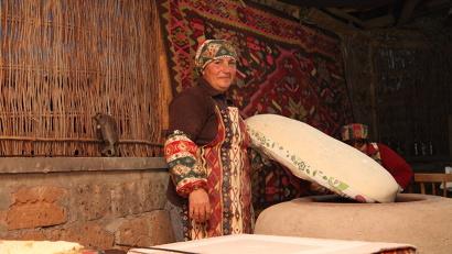 Гостей в Армении встречают свежевыпеченным хлебом....