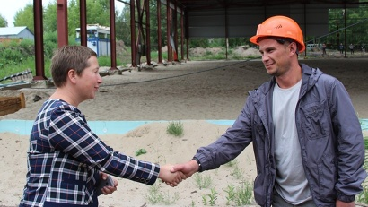 Министр по делам молодёжи и спорту Елена Доценко инспектирует ход работ по реконструкции хоккейного корта на стадионе «Труд»
