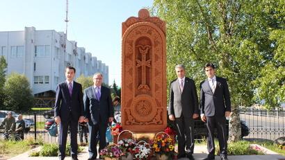 Делегация Вайоц Дзорской области на открытии поклонного креста хачкар в Архангельске. Июнь 2014 года