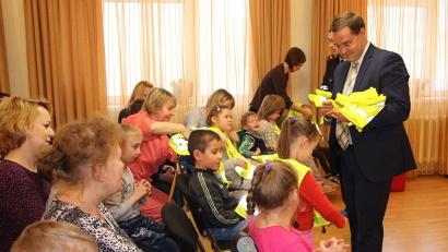 Представители агентства по транспорту и ГИБДД вручили жилеты воспитанникам центра