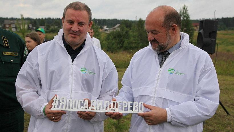 Первые ёлочки высадили губернатор Игорь Орлов и глава Рослесхоза Иван Валентик