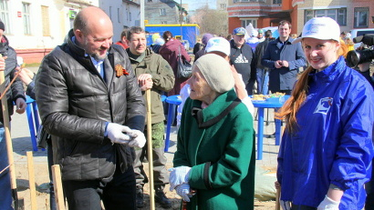 Губернатор Игорь Орлов и ветеран тыла Августа Аксёнова
