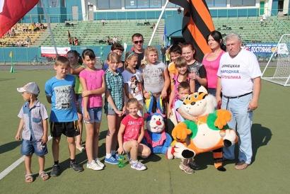 В турнире приняли участие 19 ребят из Украины. Организаторы подарили им игрушки и школьные принадлежности.
