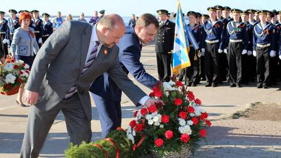 Губернатор Игорь Орлов и председатель областного Собрания депутатов Виктор Новожилов возложили цветы к памятнику Адмиралу Кузнецову