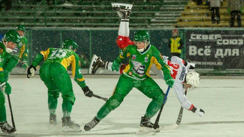 На снимке –  защитник команды «Водник» Данил Кузьмин во время домашнего матча «жёлто-зелёных» с красноярским «Енисеем»