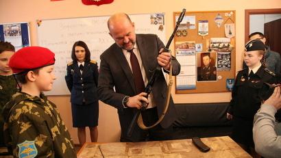 Игорь Орлов лично разобрал и собрал автомат Калашникова