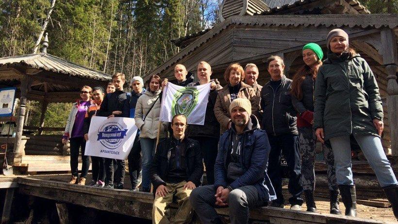 Экологический воскресник завершился экскурсией, в ходе которой участники акции посетили Алексеевскую церковь и надкладезную часовню