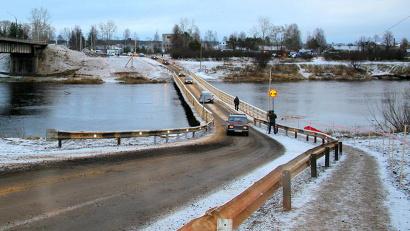 По мосту организовано одностороннее реверсивное движение, которое для удобства местных жителей было пущено даже раньше запланированного срока