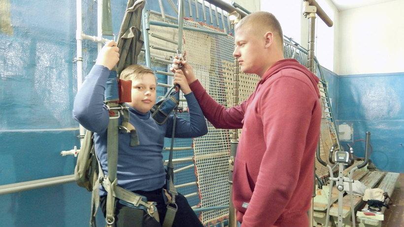 Под руководством опытных пожарных ребята испытали тренажёры «лесного спецназа»