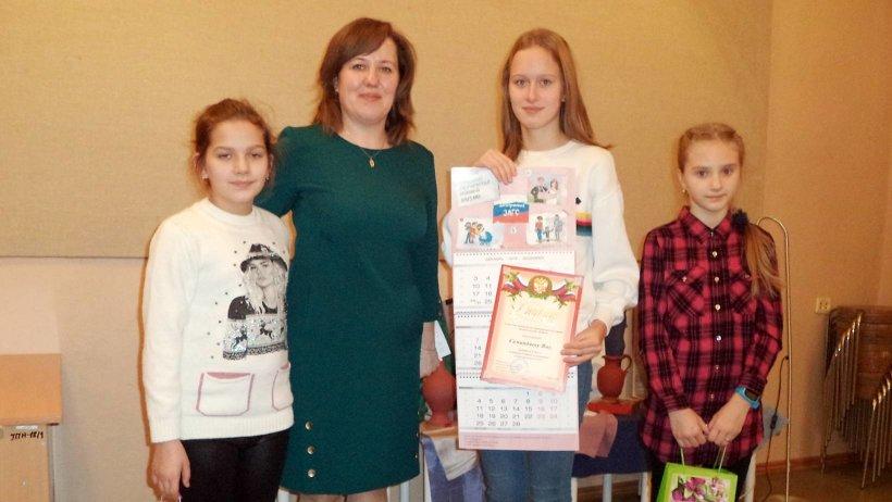 Призы победительнице конкурса – жительнице города Мирный Яне Семиндяевой