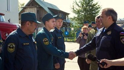 Министр МЧС Владимир Пучков пообщался с личным составом пожарной части. Фото Александра Бобрецова
