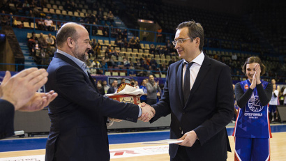Основатель «КЭС-Баскет» Алексей Фролов наградил Игоря Орлова золотым знаком отличия