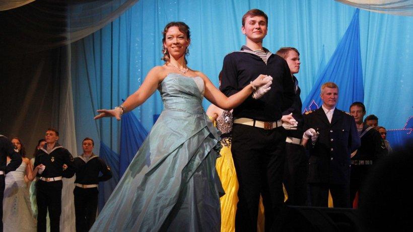 Участниками бала стали молодые рабочие, студенты и курсанты морских учебных заведений города