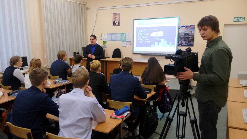 12 ноября «Уроки цифры» для учеников архангельских школ №82 и №34 провел заместитель министра образования и науки Поморья Юрий Гнедышев
