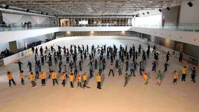 Флешмоб на льду в Архангельске стал частью III Глобальной недели безопасности дорожного движения. Фото пресс-службы областной Госавтоинспекции