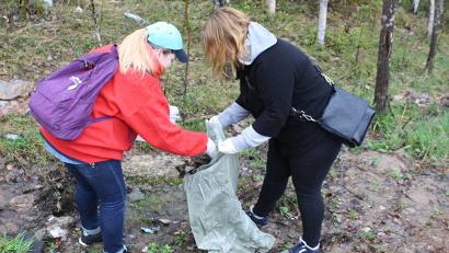 Местные жители и добровольцы вышли на уборку вместе