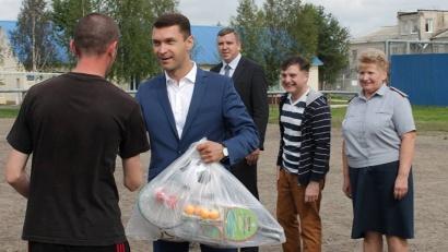 В завершение матча члены попечительского совета подарили подросткам футбольные мячи и наборы для настольного тенниса и бадминтона