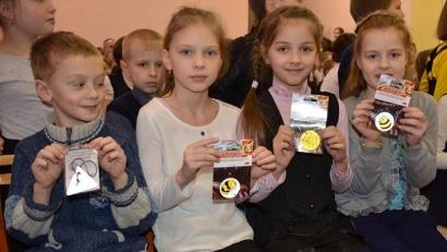 Ребята из Уемской школы получили оригинальные и полезные подарки - светоотражатели. Фото пресс-службы «Архавтодора»