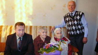 Со столетним юбилеем Лидию Васильевну поздравили первый заместитель главы администрации Котласа Олег Денисов и председатель общества ветеранов