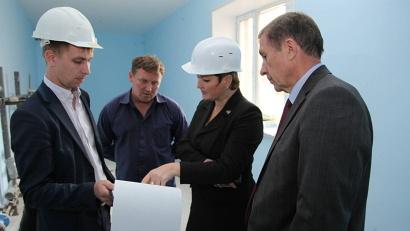 Екатерина Прокопьева и Владимир Белоглазов инспектируют стройку в Новодвинске