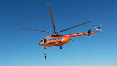 Воздушные пожарные отрабатывают спуск с вертолёта
