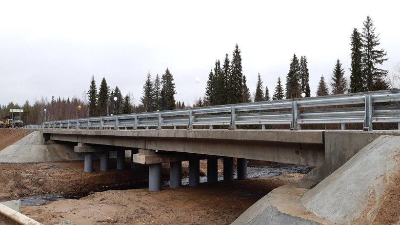 Длина моста – порядка 42 метров, с подходами – 152 метра, его ширина составляет восемь метров. Объект рассчитан на две полосы движения