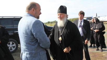 Губернатор Игорь Орлов провожает Патриарха Кирилла в аэропорту Соловков