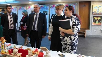 Министр Наталья Кадашова на выставке проектов победителей конкурсов социально ориентированных НКО по межнациональной тематике