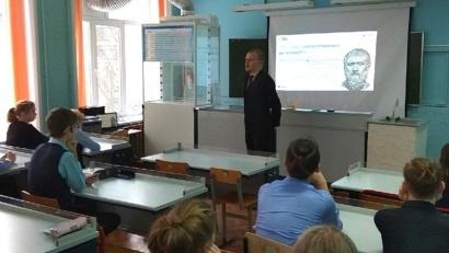 Урок включал лекцию и практическое занятие с элементами программирования на тренажере, на котором ребята «обучали» робота трудиться в зоопарке