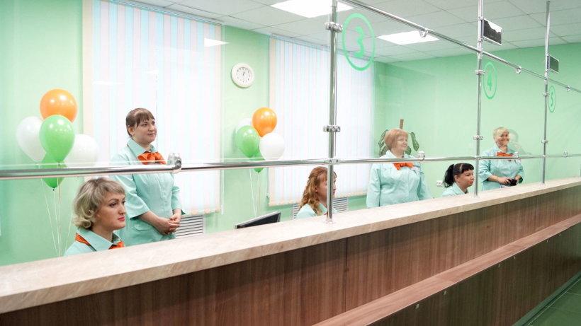 В регистратуре организована электронная очередь, а пациенты размещаются в комфортной зоне ожидания