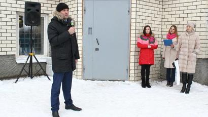 Заместитель министра строительства и архитектуры Владимир Полежаев поздравил новосёлов. Фото Анны Федоренко