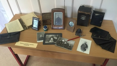 На выставке представлены фотоматериалы, исторические документы и личные вещи Якова Лейцингера