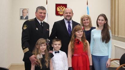 Новогодние мечты сбываются: дети семьи Адигезаловых приглашены на губернаторскую ёлку
