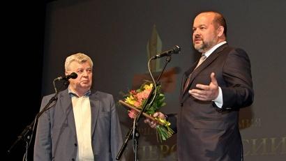 «Грамоту доверия» губернатору вручил председатель Союза журналистов России Всеволод Богданов