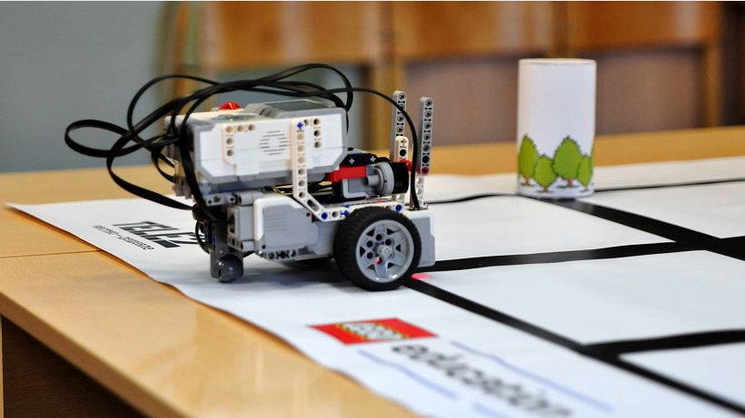 В 2016 году в турнире по робототехнике «AR2T2» приняли участие около 100 команд школьников из 10 городов регионов России
