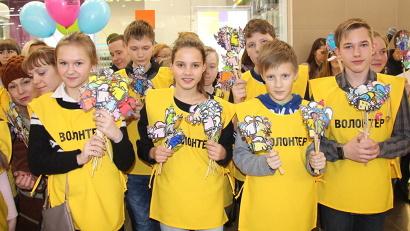 Волонтёры вручили всем участникам и зрителям мероприятия бумажных ангелов, которые являются символами марафона