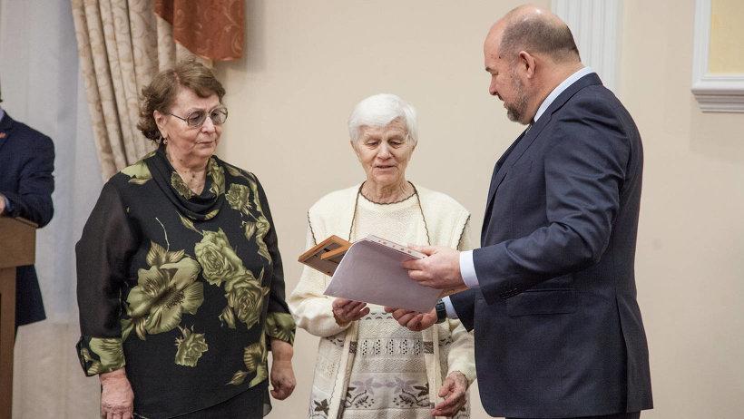 Игорь Орлов вручил дочерям красноармейца Спиридонова наградные документы отца