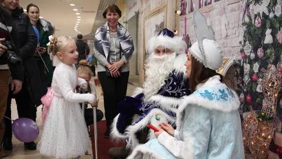 На благотворительной ярмарке можно было пообщаться с Дедом Морозом и Снегурочкой