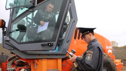 Рейд прошёл в районе выезда из Архангельска. Здесь, на федеральной трассе М8, работают десятки единиц техники