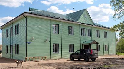 В доме на улице Новосёлов, 1 уже живут переселенцы из «аварийки». Фото газеты «Коношский курьер»