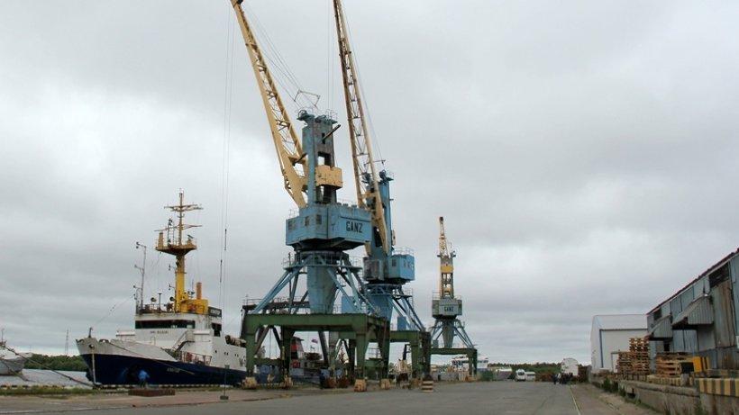 В рыбном порту Архангельского тралфлота разгружается очередное судно