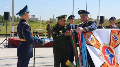 Министр обороны Российской Федерации Сергей Шойгу прикрепил награду на знамя космодрома