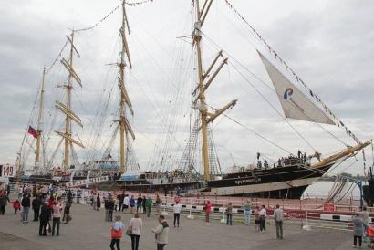 «Крузенштерн» на причале морского речного вокзала Архангельска